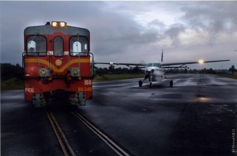 Nhung duong bang thach thuc phi cong lao luyen hinh anh 12 Sân bay Manakara, Madagascar: Đường băng của sân bay này chạy ngang qua một đường tàu vẫn đang hoạt động. Ảnh: Monrevemalgache/Wordpress.