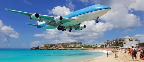 Nhung duong bang thach thuc phi cong lao luyen hinh anh 13 Sân bay Princess Juliana, Hà Lan: Máy bay hạ cánh xuống sân bay này sẽ bay sát một bãi biển đông khách. Đôi khi, bạn sẽ có cảm tưởng máy bay ở thấp đến mức có thể chạm vào. Đây cũng là một trong những điều khiến bãi biển này ngày càng nổi tiếng hơn. Ảnh: Sxmairport.