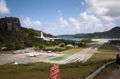 Nhung duong bang thach thuc phi cong lao luyen hinh anh 14 Sân bay Gustaf III, Saint-Barthélemy: Đây là một trong những sân bay có đường băng sát bãi biển du lịch. Tuy nhiên, do đường băng quá ngắn (650 m), các phi công cần được đào tạo đặc biệt trước khi được phép cất cánh và hạ cánh tại đây. Ảnh: Tnano/Flickr.