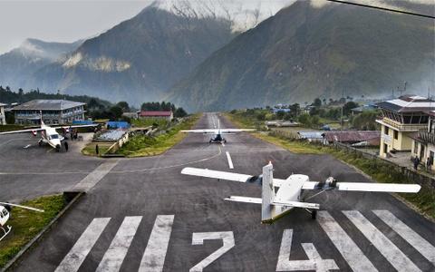 Nhung duong bang thach thuc phi cong lao luyen hinh anh 2 Sân bay Tenzing-Hillary, Nepal: Còn có tên Lukla, sân bay này nằm trên một đỉnh núi, với một trong những đường băng nguy hiểm nhất thế giới. Dải đường băng chỉ dài 527 m, với vực sâu 2.800 m ở cuối. Ảnh: Thebeautyoftravel.