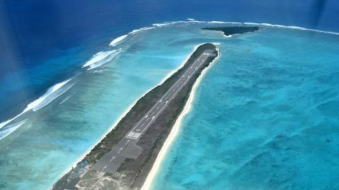 Nhung duong bang thach thuc phi cong lao luyen hinh anh 3 Sân bay Agatti Aerodrome, Ấn Độ: Quanh đường băng dài hơn 1.000 m này là làn nước xanh biếc như thiên đường. Tuy nhiên, chỉ cần lỡ trớn một chút là máy bay sẽ lao thẳng xuống biển.