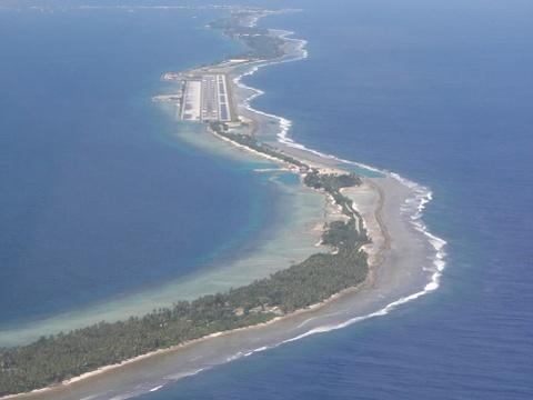 Nhung duong bang thach thuc phi cong lao luyen hinh anh 4 Sân bay đảo Meck, quần đảo Marshall: Đường băng này nằm trên dải đất hẹp và hướng thẳng ra biển.
