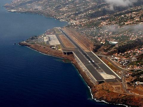 Nhung duong bang thach thuc phi cong lao luyen hinh anh 6 Sân bay Funchal, Bồ Đào Nha: Nằm trên đảo Madeira, đường băng của sân bay này chạy giữa một bên là vách núi, một bên là biển sâu. Các phi công cần được tập huấn đặc biệt mới được phép cất cánh và hạ cánh tại đây. Ngoài đường băng ngắn, họ còn phải đối mặt với gió mạnh và khó đoán. Ảnh: Airportsineurope.