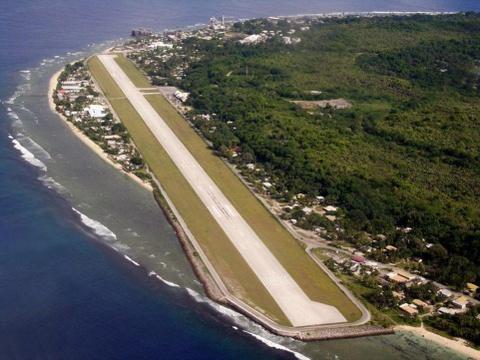 Nhung duong bang thach thuc phi cong lao luyen hinh anh 7 Sân bay Nauru, Nauru: Đường băng của sân bay này có hai đầu đều hướng ra mặt biển.