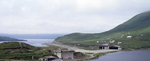 Nhung duong bang thach thuc phi cong lao luyen hinh anh 8 Sân bay Dutch Harbour, Alaska, Mỹ: Đường băng dài 1.200 m này có một đầu là biển, một đầu là đất liền. Vào mùa đông, đường có thể đóng băng hoặc bị phủ một lớp tuyết dày.
