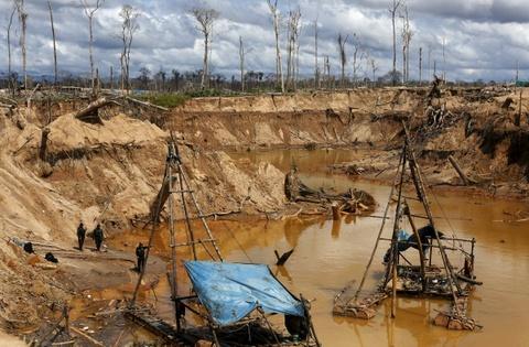 Cuoc song chat vat cua con nguoi trong rung Amazon hinh anh 15 Một trong những nguyên nhân gây ra tình trạng này là khai thác mỏ. Khi vàng hay dầu mỏ được phát hiện ở các khu vực hẻo lánh, thợ mỏ lập các khu khai thác chui và chặt hết cây cối.