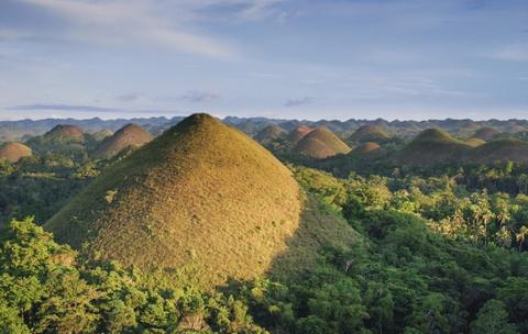 10 diem du lich noi danh o que huong tan Hoa hau Hoan vu hinh anh 4 Bohol: Bohol là một tỉnh của Philippines, gồm đảo Bohol và hơn 70 đảo nhỏ xung quanh. Đây là điểm đến nổi tiếng với những rạn san hô tuyệt đẹp, hệ động thực vật hoang dã phong phú và các địa hình độc đáo. Trên đảo chính, gần thị trấn Carmen, khu vực Chocolate Hills có hơn 1.200 ngọn đồi chuyển màu nâu cacao vào mùa khô, một trong những thắng cảnh siêu thực nhất thế giới.