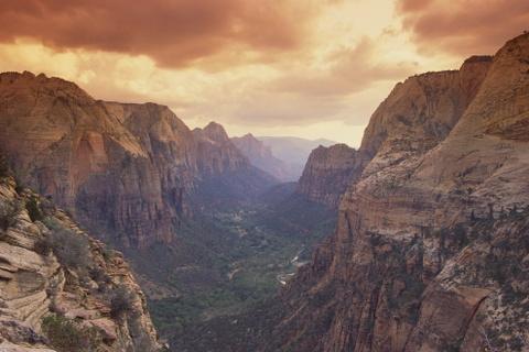 15 ke hoach chu du dang thu nam 2016 hinh anh 3 3. Công viên Zion, Utah, Mỹ: Tạp chí Fodor bình chọn Utah là điểm đến hàng đầu thế giới năm 2016, và chỉ cần nhìn qua công viên Zion là bạn sẽ biết tại sao. Khung cảnh độc đáo của Utah có từ những đỉnh núi phủ tuyết tới bãi biển cát mịn. Tới đây vào bất cứ thời điểm nào trong năm, bạn cũng sẽ có một chuyến thám hiểm để đời.