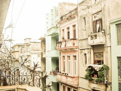 15 ke hoach chu du dang thu nam 2016 hinh anh 5 5. Havana, Cuba: Sau khi lệnh cấm vận được nới lỏng, ngành công nghiệp du lịch của Cuba phát triển mạnh, cho du khách mê sự sang trọng và phiêu lưu cơ hội khám phá thủ đô ấn tượng Havana. Ẩm thực Cuba thì không phải bàn về độ ngon, ngoài ra Cuba còn có bầu trời sao trong vắt buổi đêm và những bãi biển đẹp như thiên đường.