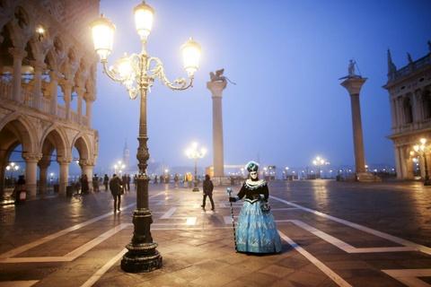 Venice song lai thoi hoang kim trong le hoi mat na hinh anh 1