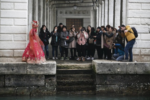 Venice song lai thoi hoang kim trong le hoi mat na hinh anh 17