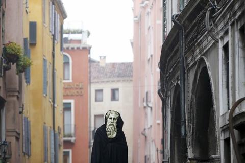 Venice song lai thoi hoang kim trong le hoi mat na hinh anh 8