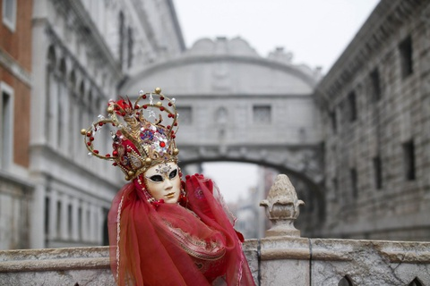 Venice song lai thoi hoang kim trong le hoi mat na hinh anh 9