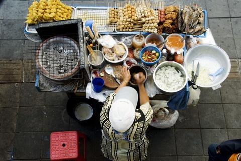 Bangkok bo lenh cam hang rong tren via he hinh anh