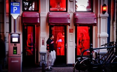 Amsterdam cam du khach nhin gai mai dam o quan den do hinh anh