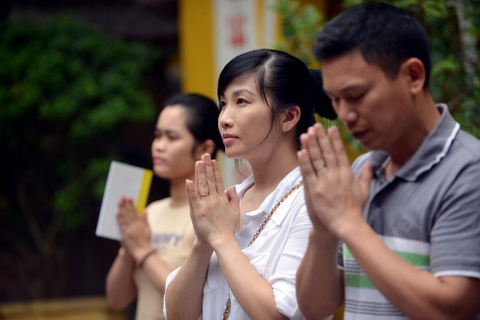 Nguoi Ha Noi dang huong hoa don le Vu lan hinh anh