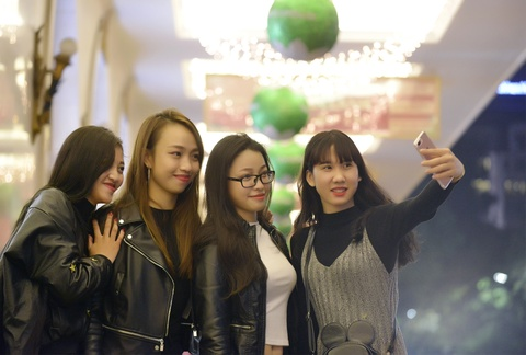 Pho phuong Ha Noi lung linh truoc dem Noel hinh anh 3