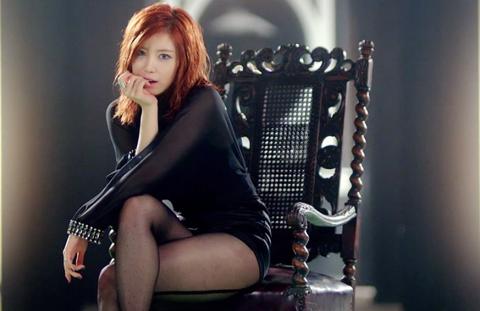My nu Han thay 11 bo vay ao trong MV hinh anh