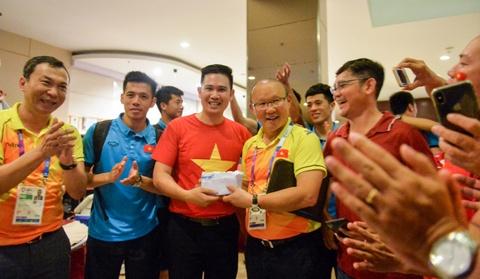 CEO Pham Van Tam va mot nam het long voi bong da Viet Nam hinh anh