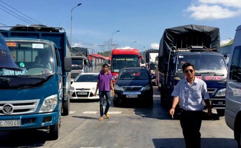 Tai xe duoi danh nhan vien tram BOT Ninh Loc hinh anh