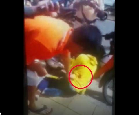 Một phụ nữ trúng đạn cao su của CSGT