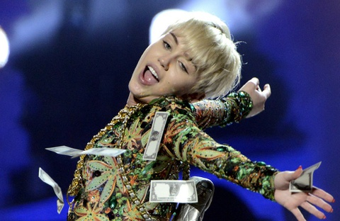 Xe buyt luu dien cua Miley Cyrus chay thanh than hinh anh