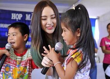 Angela Phuong Trinh mac gian di don Trung thu cung tre em hinh anh