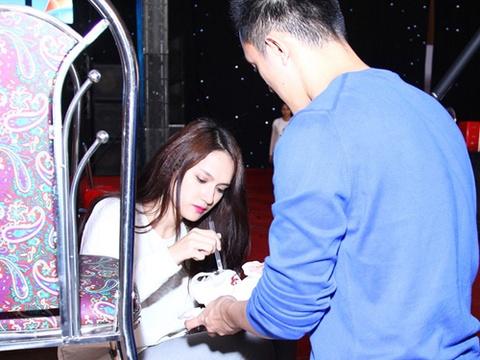 Ban trai Viet kieu mang do an den phong tap cho Huong Giang hinh anh