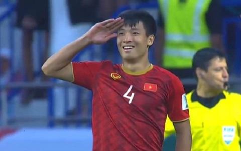 Tư Dũng gây xúc động khi tặng bàn thắng cho đồng đội đang chấn thương