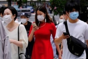 Một tỉnh của Nhật đề xuất cấm dùng điện thoại khi đi bộ