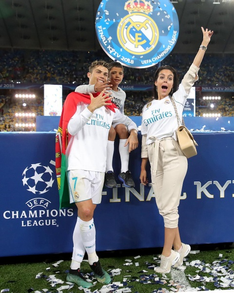 Nhung ky nghi sang chanh cua Ronaldo va ban gai hinh anh 11