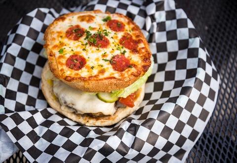 Mo xe chiec burger pizza '2 trong 1' hap dan, me hoac tin do am thuc hinh anh
