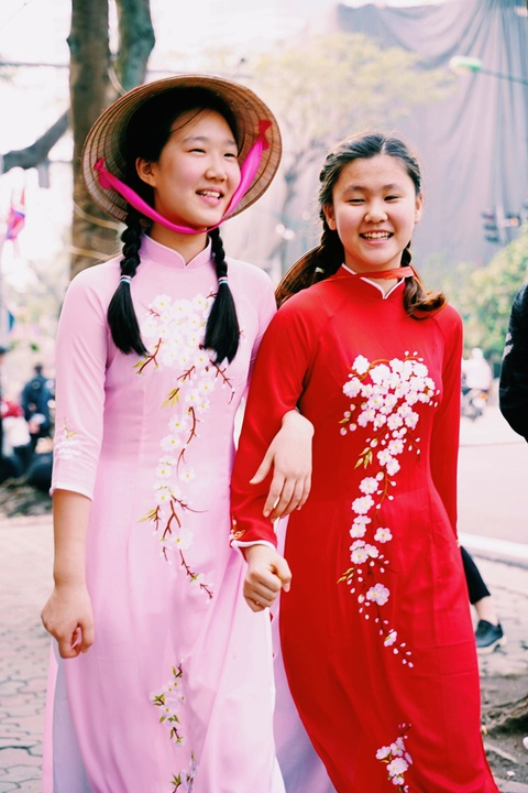 Du khach Han Quoc duyen dang dien ao dai dao pho Ha Noi hinh anh 2