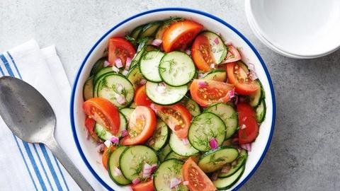 Bi kip tron salad thanh mat, de lam khong can ty le cho ngay nong nuc hinh anh 1