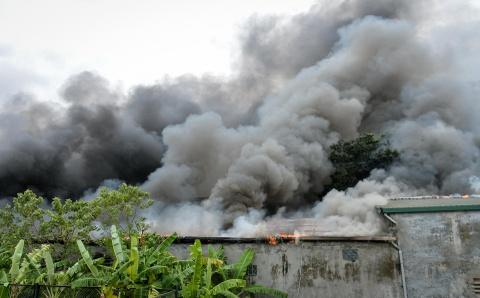 Cháy lớn ở gara ôtô, gần sân Mỹ Đình