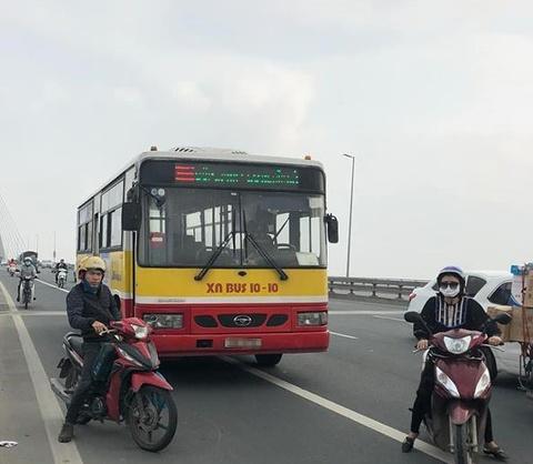Va chạm xe máy và xe buýt trên cầu Nhật Tân, một người tử vong