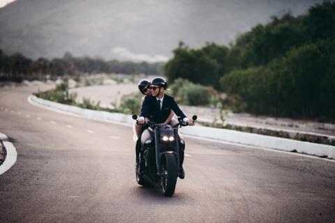 Anh cuoi ben xe moto cua doi tre Ha thanh hinh anh 7