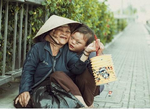 Be gai don Trung thu cung me ben le duong Sai Gon hinh anh 1