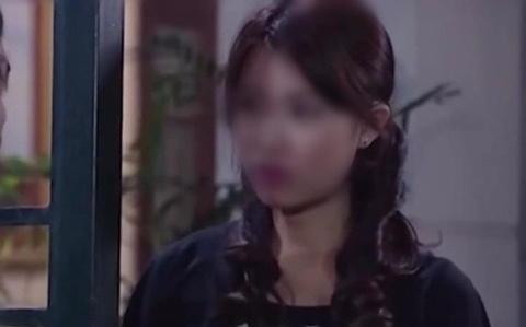 Co gai doc so dien thoai trong phim 'Giac mo hanh phuc' hinh anh