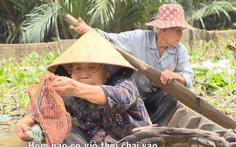 Ong ba vot ve chai tren song Sai Gon va tinh yeu hon 60 nam hinh anh