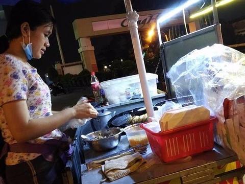 Co gai Sai Gon ban xoi chien 5.000 dong tang kem ao mua cho khach hinh anh