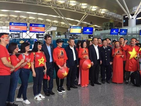 Hang tram co dong vien ho vang 'Viet Nam vo dich' tai san bay hinh anh