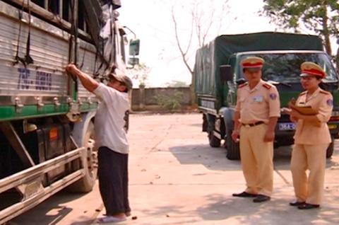 Bat xe cho 8 tan mo khong nguon goc tren duong ra Ha Noi hinh anh