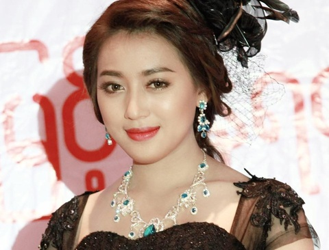Nhan sắc của bạn gái sao Myanmar đối đầu tuyển Việt Nam