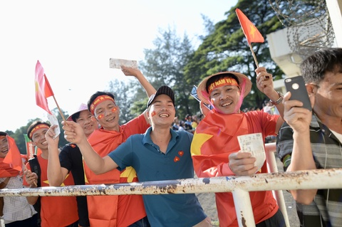 Cổ động viên tiếp lửa cho tuyển Việt Nam tại Myanmar
