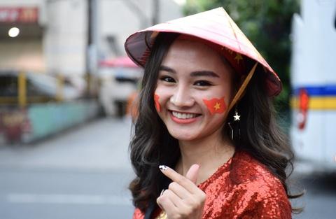CDV Viet Nam giao luu voi Indonesia ben ngoai san Rizal Memorial hinh anh