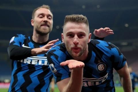 Inter Milan tai lap khoang cach 10 diem voi Juventus hinh anh