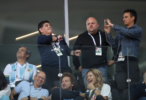 Maradona bi cao buoc phan biet chung toc trong tran dau cua Argentina hinh anh
