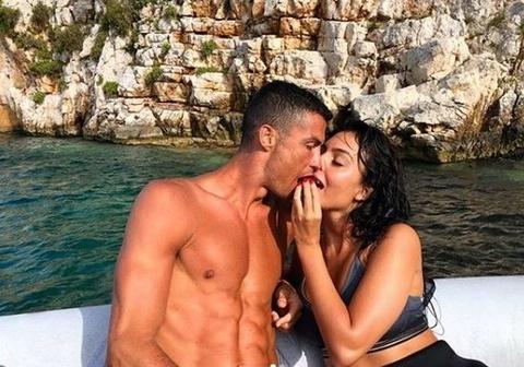 Ronaldo va dan sao Real khoe co bap cuon cuon khi di bien nghi duong hinh anh