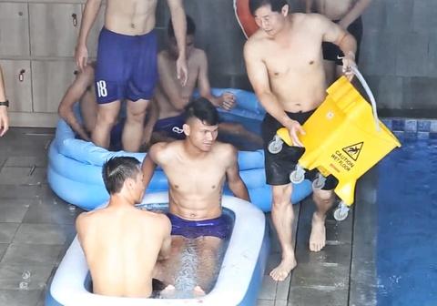 Tai sao cau thu Olympic Viet Nam thu gian bang cach ngam nuoc da? hinh anh